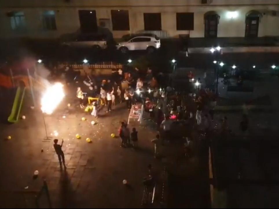 «Happy birthday»: В бакинском дворе в 12 ночи запустили петарды и фейерверки, зазвучали барабаны - ВИДЕО