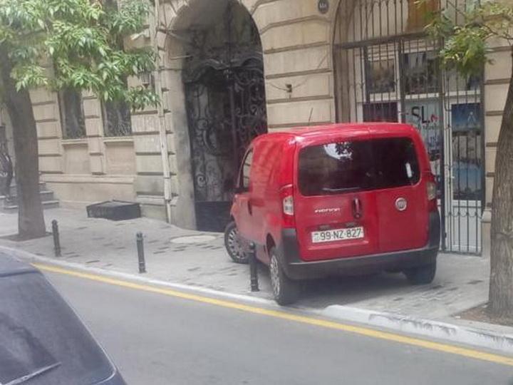 Столбики в центре Баку тоже не спасают тротуары от наглых водителей - ФОТОФАКТ