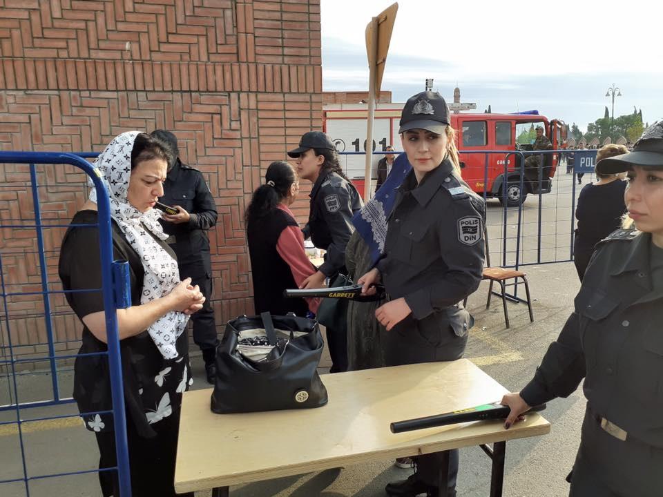 Верующих в азербайджанской мечети проверяют металлоискателями женщины-полицейские - ФОТО