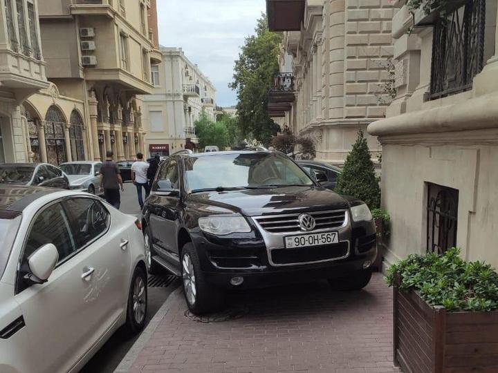 «Впихнуться между столбиками на тротуар»: Новые наглые уловки водителей в центре Баку - ФОТОФАКТ