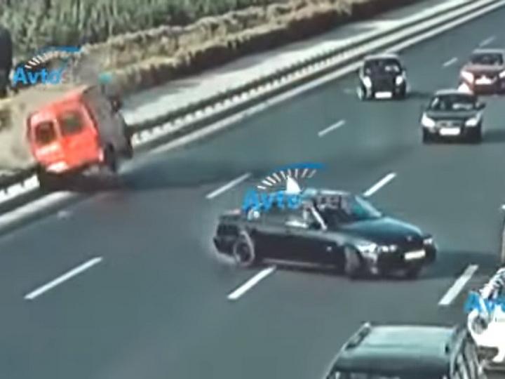 «Резкий маневр»: На трассе Баку-Аэропорт столкнулись два автомобиля, их раскидало по дороге - ВИДЕО