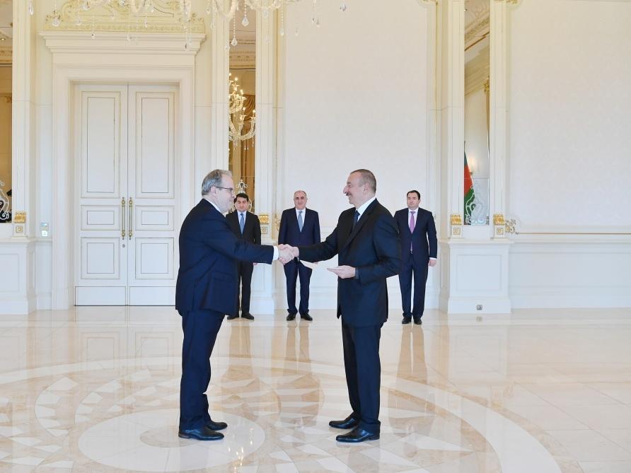 Президент Ильхам Алиев принял верительные грамоты новоназначенного посла Латвии в Азербайджане - ФОТО
