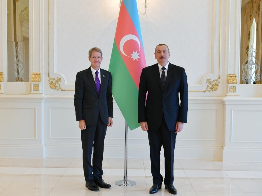 Президент Ильхам Алиев принял верительные грамоты новоназначенного посла Великобритании в Азербайджане - ФОТО
