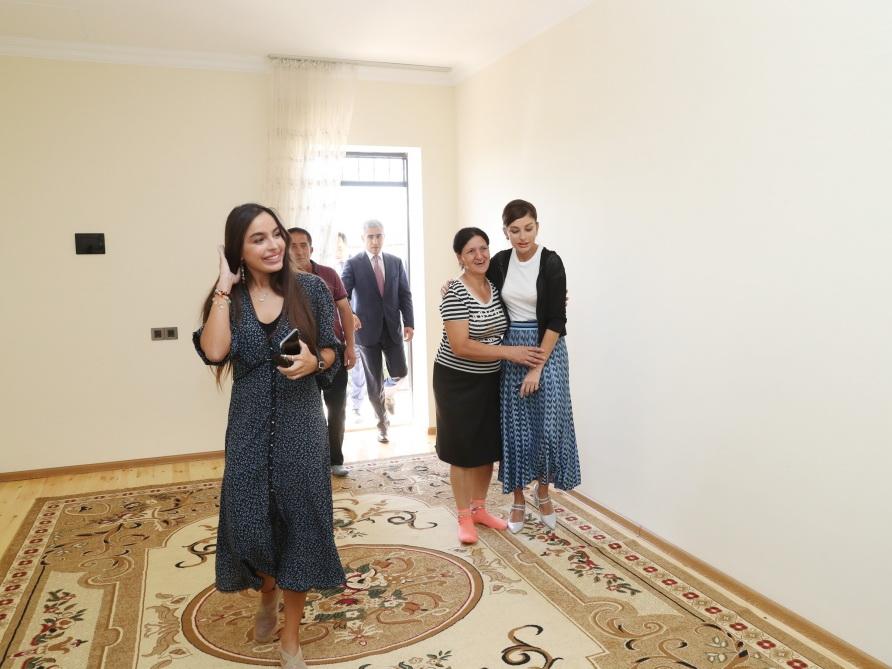 Знакомство с условиями, созданными в доме, построенном на месте дома, пришедшего в аварийное состояние в результате землетрясения в Шамахе - ФОТО