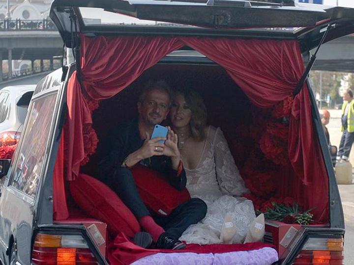 В ЗАГС на катафалке: Ксения Собчак вышла замуж за Константина Богомолова - ФОТО