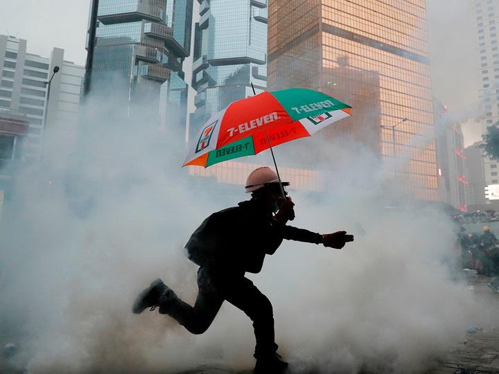Полиция применила слезоточивый газ и водяные пушки против протестующих в Гонконге