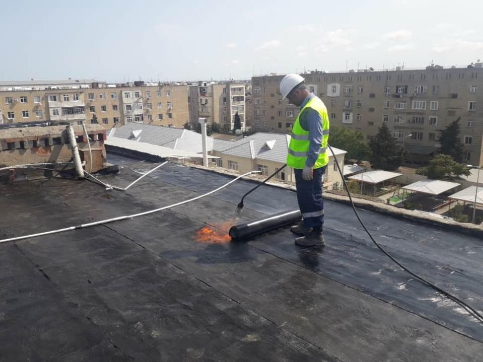 В Хазарском районе Баку проводится замена кровельных покрытий зданий - ФОТО