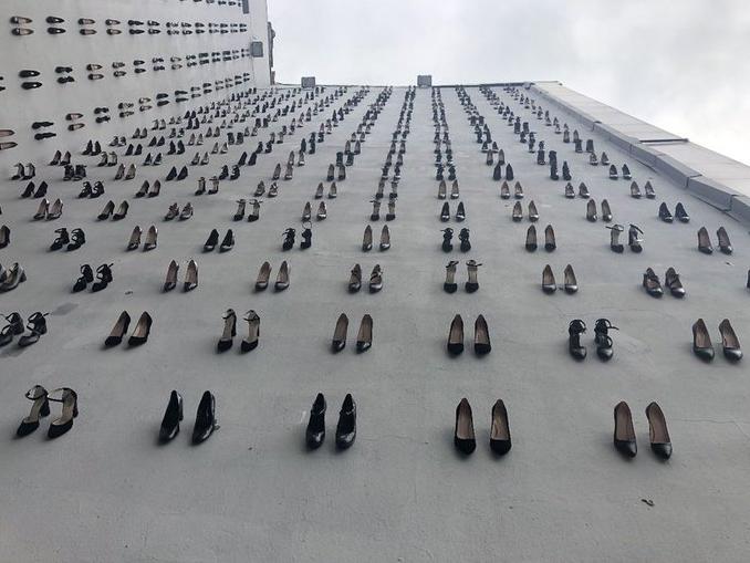 Нет насилию: 440 пар черных туфель в центре Стамбула в память о 440 убитых женщинах – ФОТО – ВИДЕО