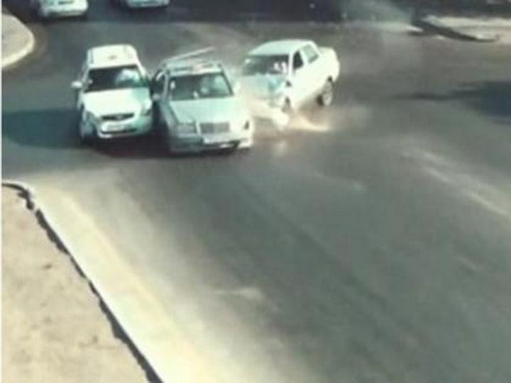 Кадры страшного ДТП в Баку: Водитель после сильного удара не может выйти из машины - ВИДЕО