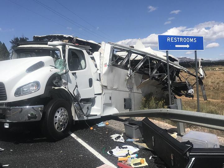 Врезался в ограждение и перевернулся: в США в аварии автобуса погибли четыре человека