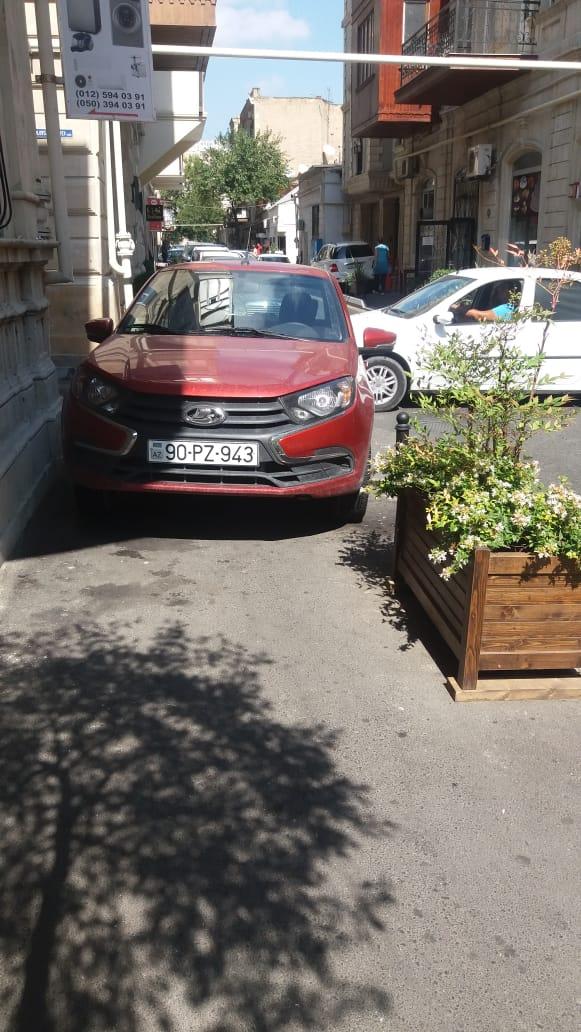 Как водители ломают тротуары в центре Баку [ФОТО]