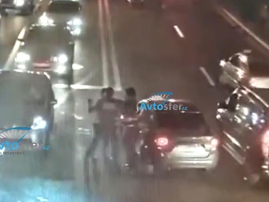 Нападение на полицейских в центре Баку - ВИДЕО