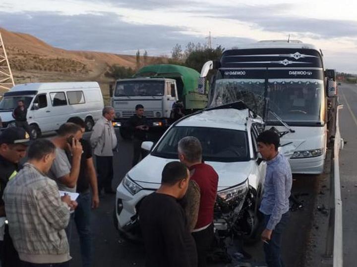В Гаджигабуле пассажирский автобус совершил ДТП, есть пострадавший - ФОТО