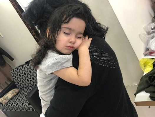В Баку заблудился ребенок, которого оставили спящим в машине - ФОТО