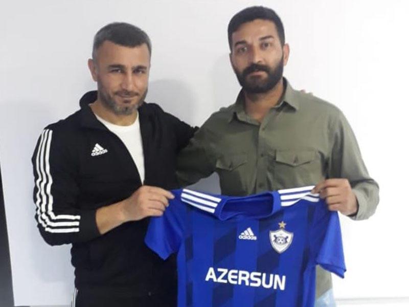 """Qurban Qurbanov """"Traktor""""un azarkeşinə """"Qarabağ"""" forması hədiyyə etdi - FOTO"""
