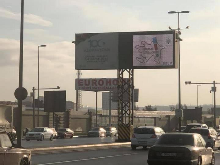 Город Баку окрасили банеры и табло с надписью «Карабах-Азербайджан!» - ФОТО