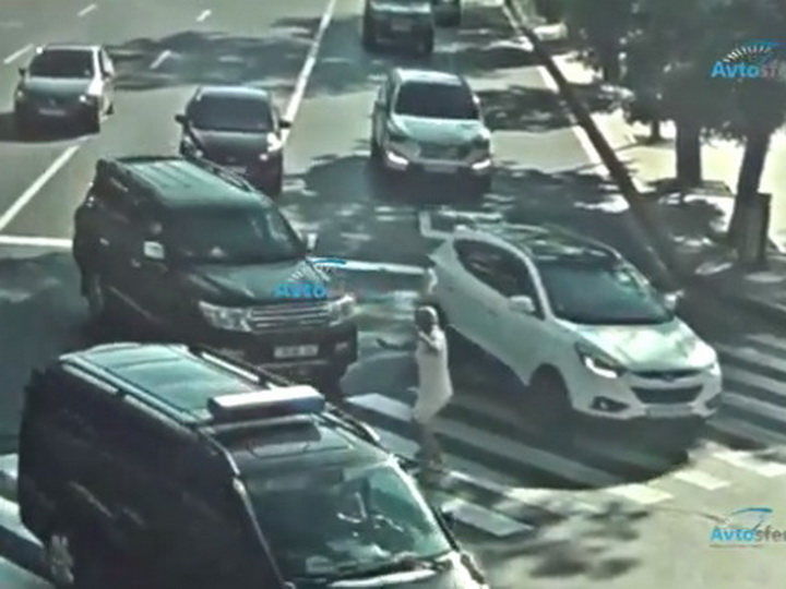 В Баку дорогой внедорожник сбил женщину, отбросив ее на асфальт - ВИДЕО