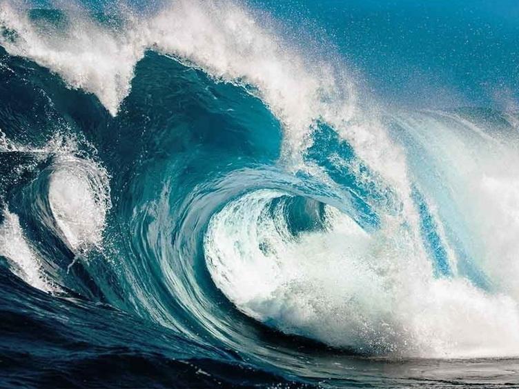 Высота волн на Каспии достигла 4,8 метра