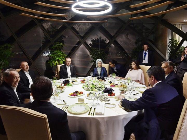 Состоялся совместный ужин Президента Ильхама Алиева с главами государств и правительств, участвующими в VII Саммите Тюркского совета