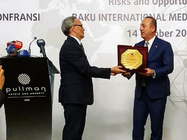 Глава МИД Турции награжден азербайджанским дипломом - ФОТО