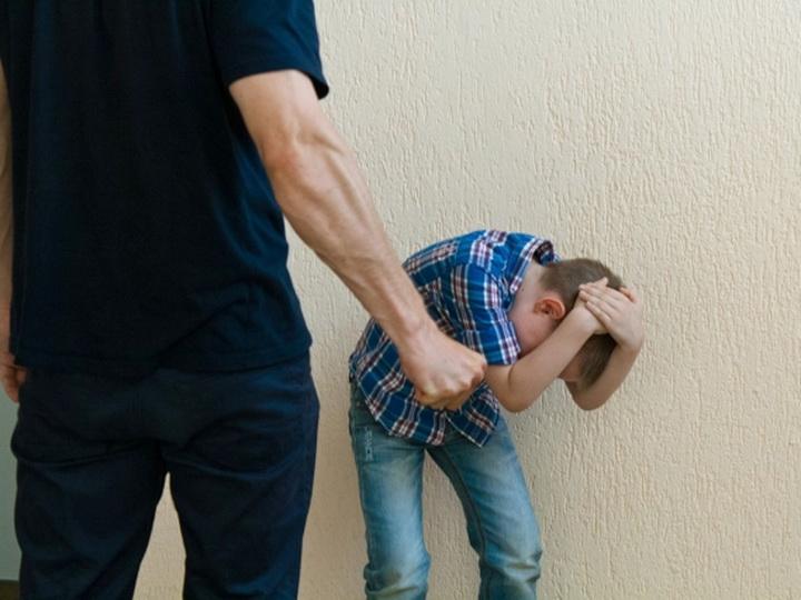 Директор бакинской школы пожаловался в полицию на мужчину, ударившего сына-школьника