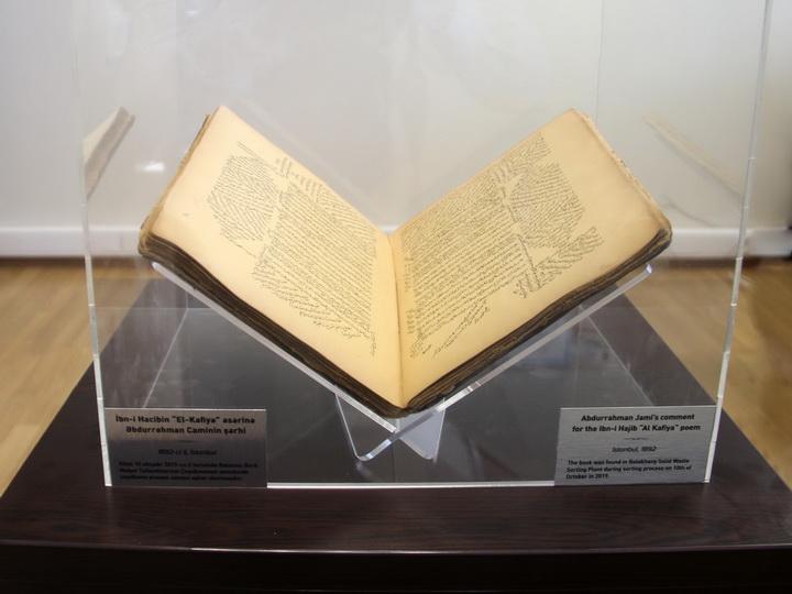 В Баку во время сортировки отходов обнаружена редкая книга XIX века