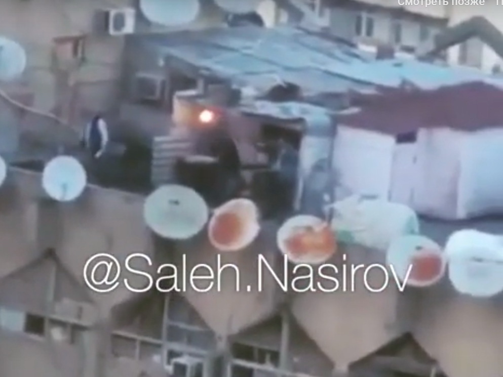 Наши фавелы: поселок из самостроек на крыше здания в Баку - ВИДЕО