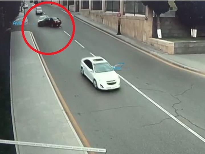 «Лобовое столкновение для невинного водителя»: Тяжелая авария у здания Милли Меджлиса - ВИДЕО
