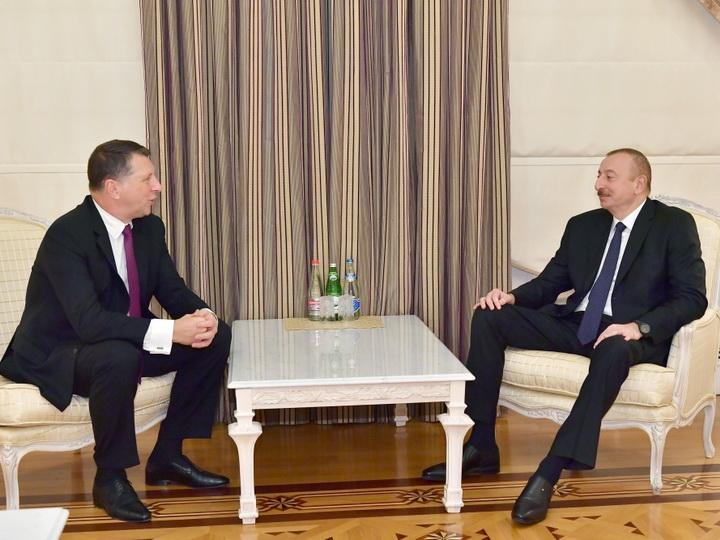Президент Ильхам Алиев принял бывшего президента Латвии - ФОТО