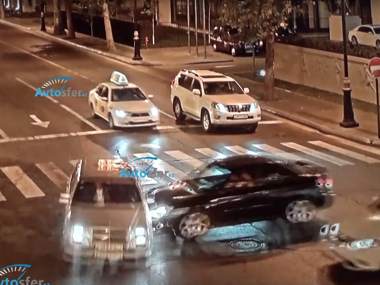 «Хотел проскочить перекресток»: В центре Баку таксист спровоцировал ДТП – ВИДЕО