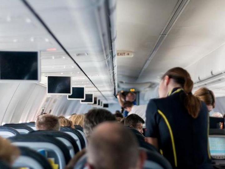 В Баку трех индийцев сняли с самолета за неподобающее поведение