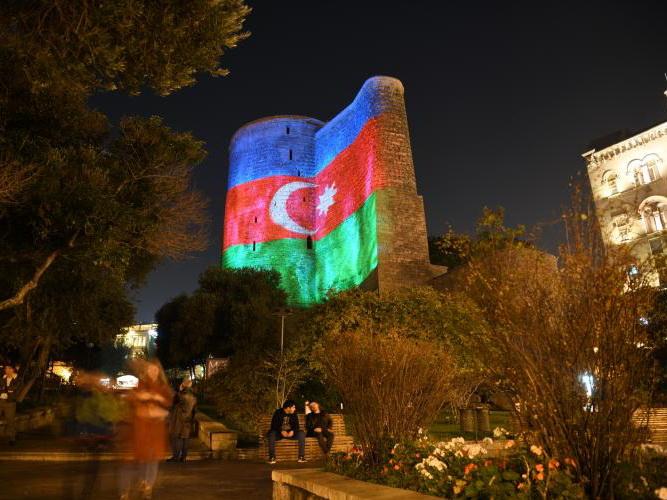 Баку окрасился в цвета азербайджанского флага - ФОТО - ВИДЕО