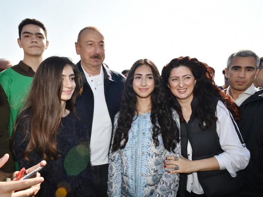 «Можно заново сфотографироваться?» Ильхам Алиев не оставил без внимания просьбу молодого человека – ВИДЕО