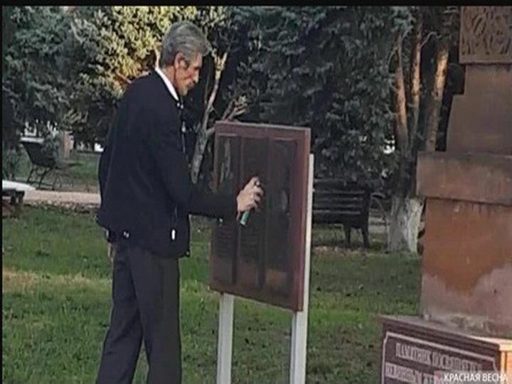Памятная доска Нжде в Армавире закрашена черной краской