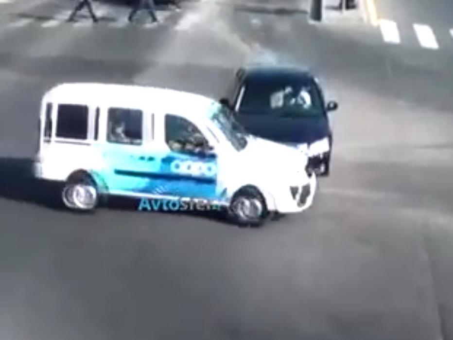 В Баку автомобиль телеканала попал в ДТП - ВИДЕО