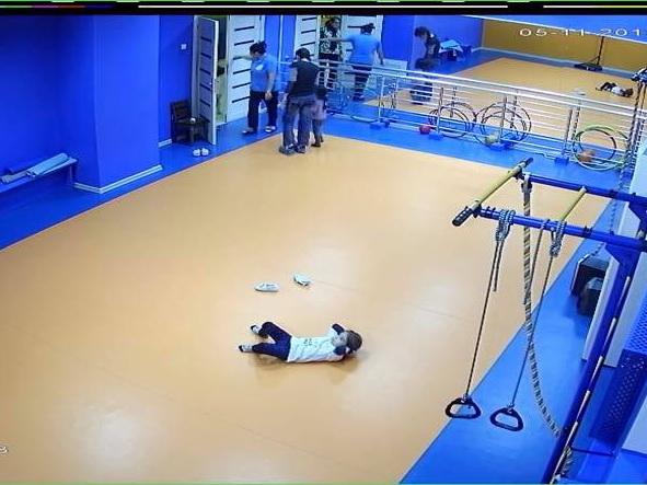 В учебном детском центре в Баку трехлетний ребенок сорвался со шведской стенки: подробности – ФОТО – ВИДЕО