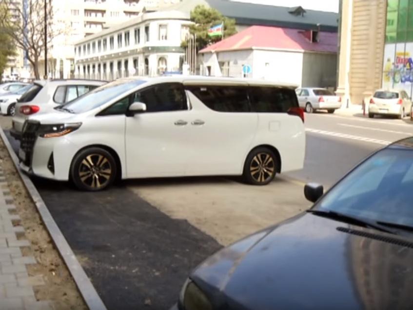 В центре Баку спилили дерево и урезали тротуар, чтобы создать парковку для машин – ВИДЕОФАКТ