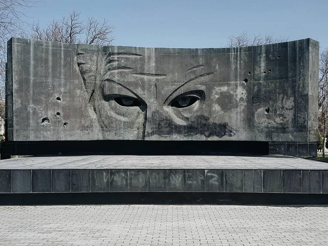 Необычный памятник в Баку: Этого взгляда боятся все… - ФОТО