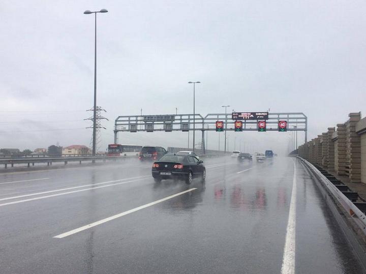 В связи с погодными условиями снижен скоростной лимит на автомагистралях Баку