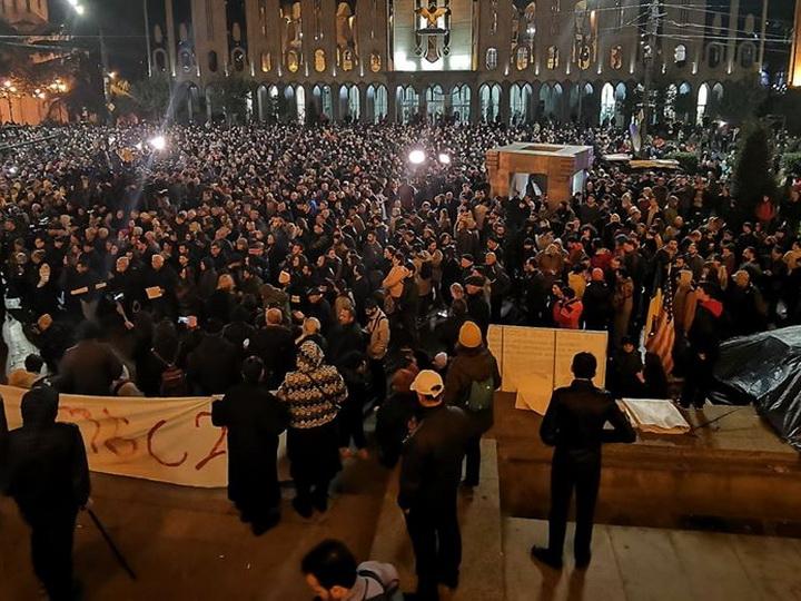 Акции протеста в Тбилиси: Оппозиция требует переходного правительства и досрочных парламентских выборов - ФОТО