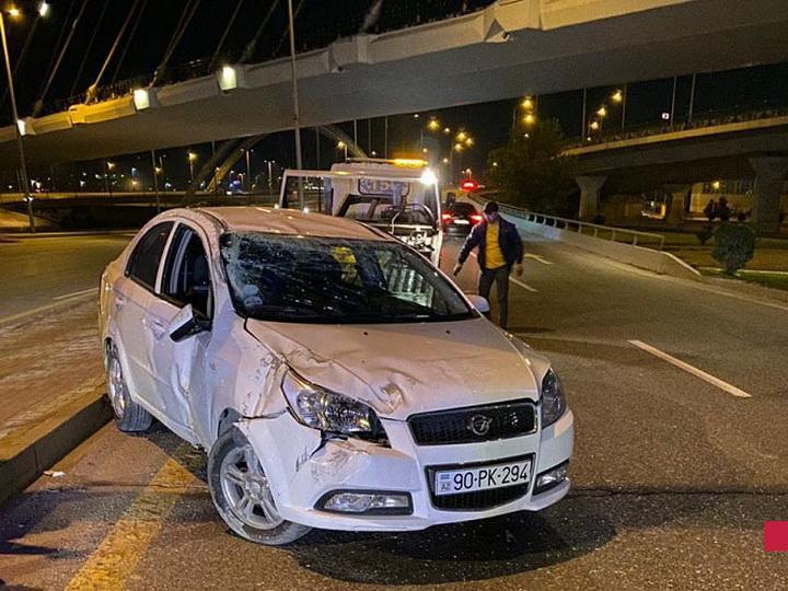 В Баку автомобиль упал с моста, раненный водитель скрылся с места ДТП -ФОТО