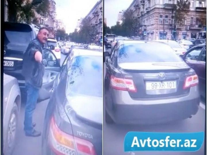 В центре Баку водитель припарковался во втором ряду и нагрубил девушке – ВИДЕО