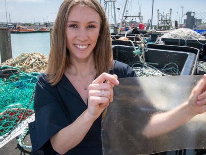 Биоразлагаемый пластик из рыбьей чешуи: Инновация британского изобретателя отмечена премией – ФОТО – ВИДЕО