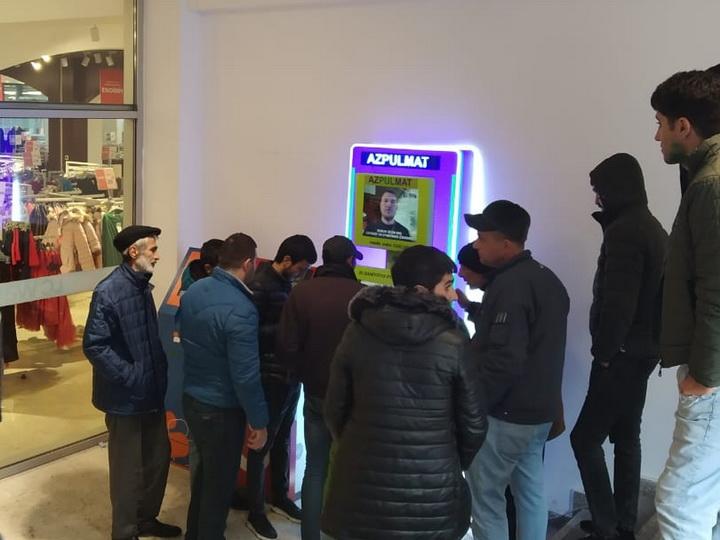 Автоматы, раздающие деньги, вызвали ажиотаж в Баку - ФОТО