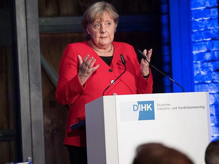 Ангела Меркель упала на сцене в Берлине - ВИДЕО