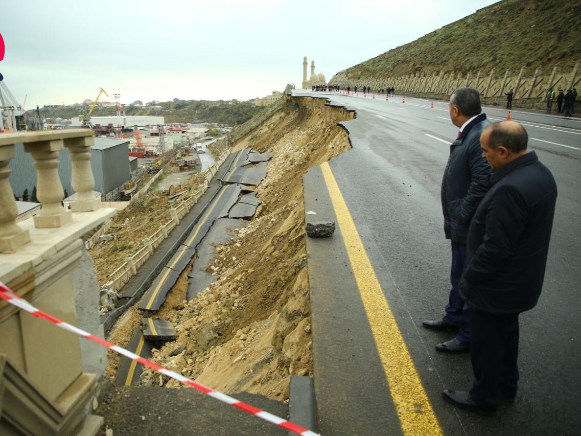 На рухнувшей в Баку дороге начнут бурить скважины, чтобы она не обвалилась вновь – ПОДРОБНОСТИ – ФОТО