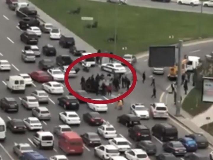 В центре Баку перевернулся автомобиль - ФОТО - ВИДЕО