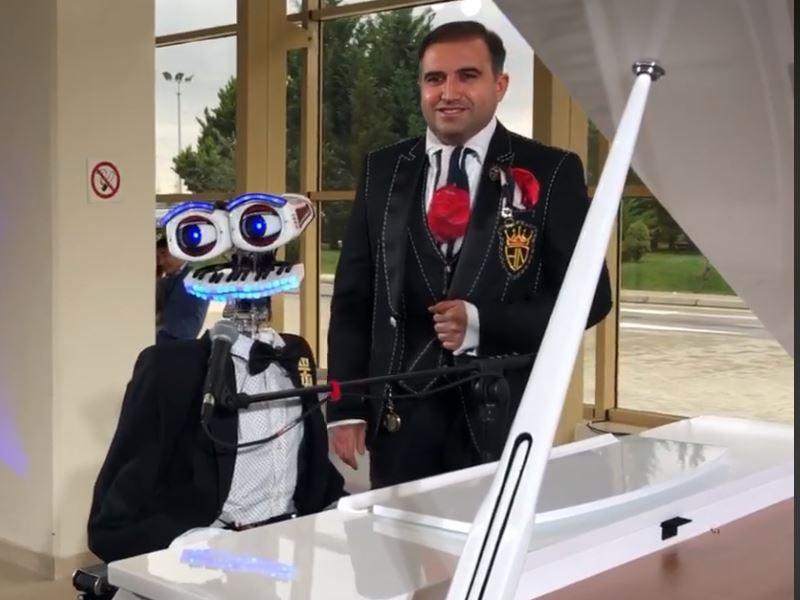 Робот спел в Баку «Богемскую рапсодию» из репертуара «Queen» – ВИДЕО
