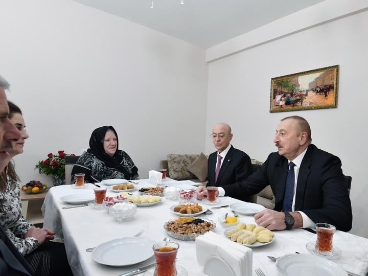 Ильхам Алиев ознакомился с условиями в новом жилом доме для семей, пострадавших в результате землетрясения в Шамахинском районе - ФОТО