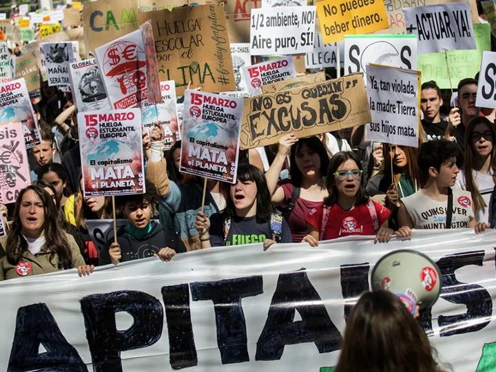 В Мадриде тысячи человек приняли участие в «Марше за климат» - ФОТО